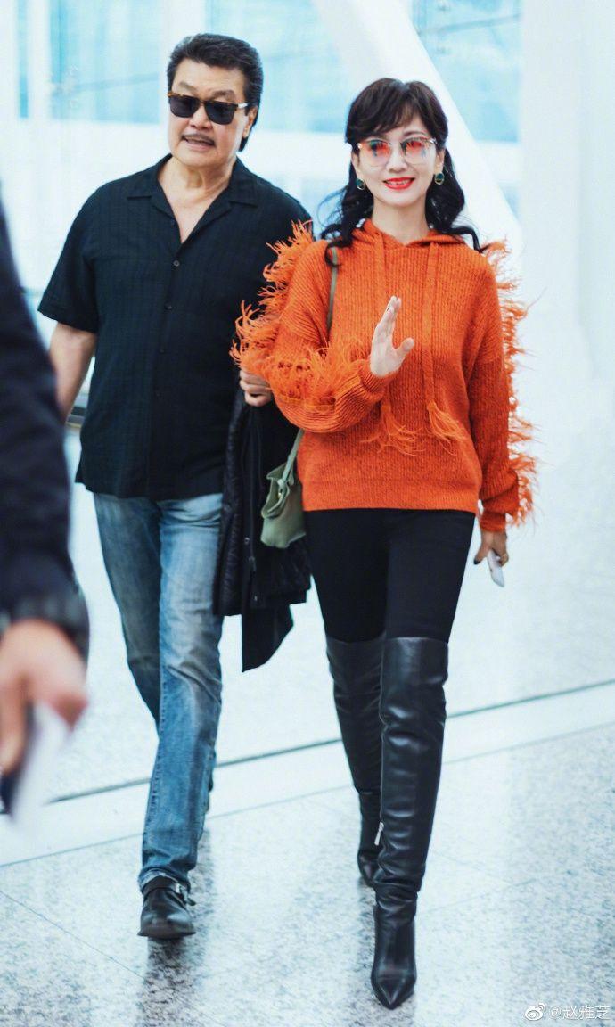 赵雅芝橙色羽毛卫衣可爱减龄 高筒皮靴修身型